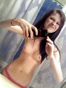 Stunning teen in a amazing selfshot pic.